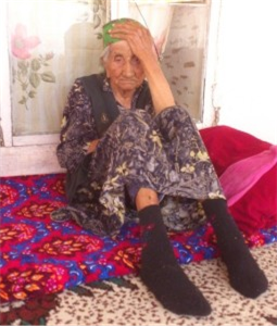 Titel: A relative of a dead forced labor victim (Tashkent region).  - Beschreibung: C:\Users\Maxie\Documents\Arbeit UGF\Harvest Report\Photos\3 - Climate of Fear\Kobilovas-Mother-in-law-255x300.jpg
