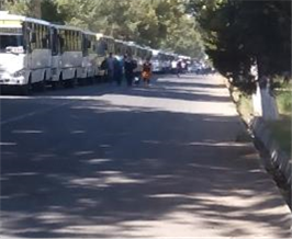 Titel: Starting on September 4, columns of busses were organized to take cotton pickers to the fields. - Beschreibung: C:\Users\Maxie\Documents\Arbeit UGF\Harvest Report\Photos\6 - Forced Mobilization\Kolona avtobusov 10 sent 2015.jpg