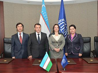 Titel: Signatories of the Uzbekistan Decent Work Country Programme. (from left to right): Mr. Alisher Shaykhov, Chairman of the Chamber of Commerce and Industry of the Republic of Uzbekistan, Mr. Aktam Khaitov, Minister of Labour and Social Protection of Population of the Republic of Uzbekistan, Ms. Dimitrina Dimitrova, Director of the ILO Decent Work Technical Support Team and Country Office for Eastern Europe and Central Asia, Ms Tanzila Narbaeva, Chairperson of the Federation of Trade Unions of the Republic of Uzbekistan. Available at: http://www.ilo.org/moscow/news/WCMS_244857/lang--en/index.htm - Beschreibung: C:\Users\Maxie\Documents\Arbeit UGF\Harvest Report\Photos\2 - ILO and World Bank Engagement\ILO Meeting II.jpg